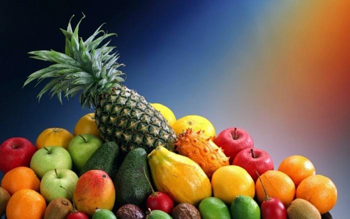 Exotische-Obstsorten-Ananas-auf-der-Spitze