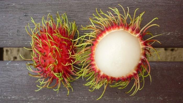 Exotisches-Obst-viele-rote-Bällchen-im-Inneren