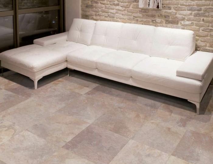 Fliesen-im-Wohnzimmer-mit-weißem-Sofa