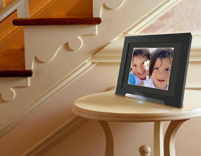 Fotorahmen-Digital-auf-kleinen-Tisch-stehen