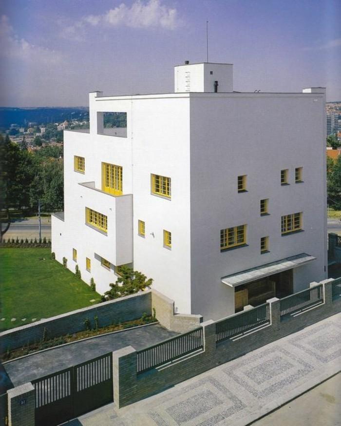 Funktionalismus-Architektur-mit-wenigen-Fenstern