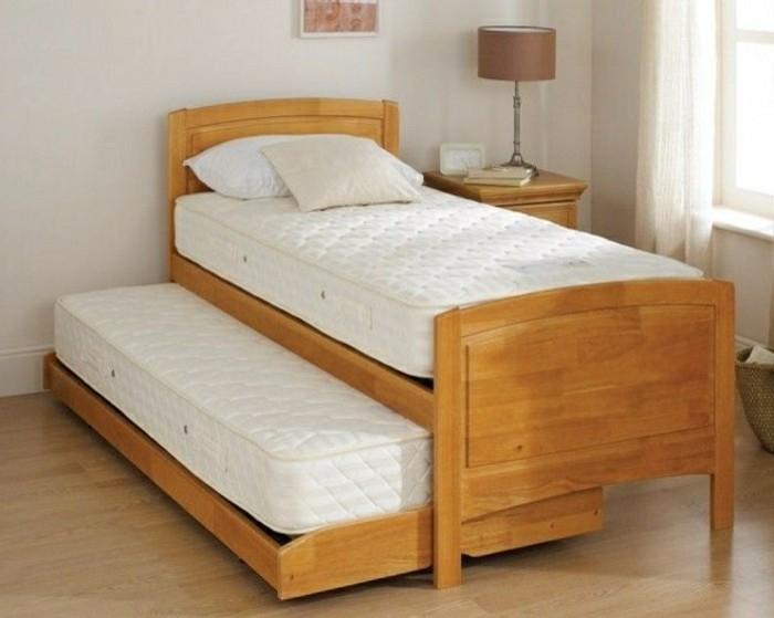 Gästebett-aus-Holz-mit-weißer-Matratze