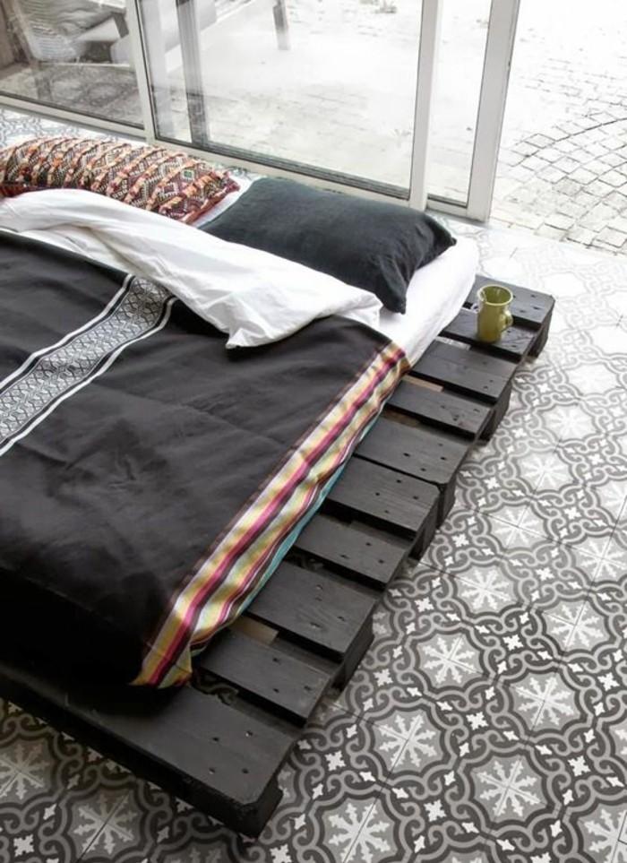 Gästebett-aus-Paletten-und-Matratze