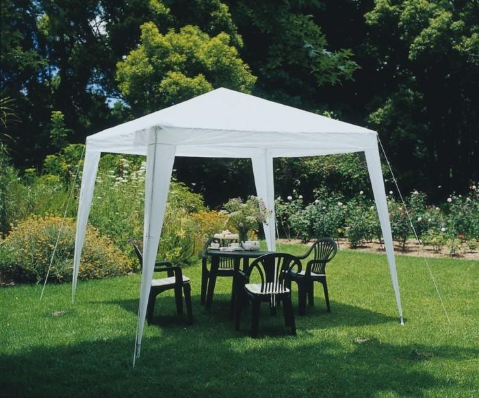 Gartenzelte-mit-grünen-Stühlen-und-Tisch