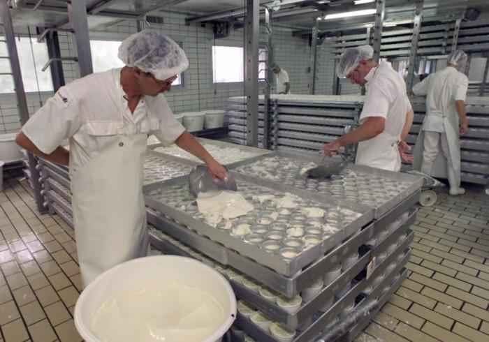 Herstellung-von-Joghurt-in-einer-Fabrik