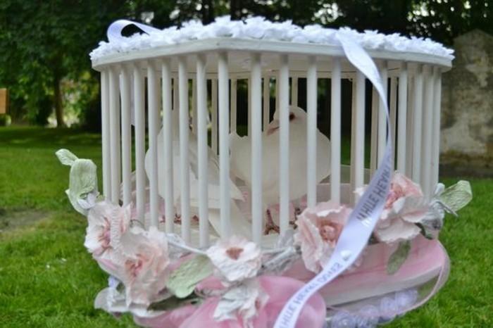 Hochzeitstauben-ein-Käfig-mit-Blumen