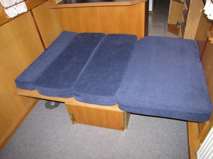 Klappbares-Bett-in-blauer-Farbe