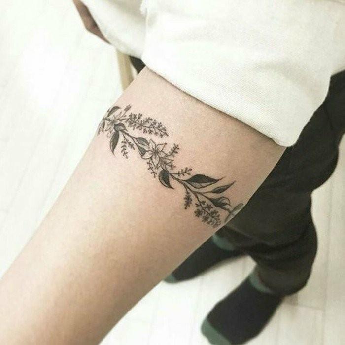 Kleine-Tattoos-mit-Muster-von-Blumen