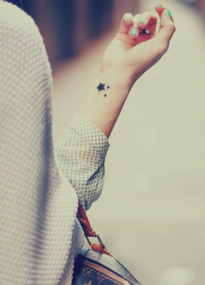 Kleines-Tattoo-wie-ein-Stern