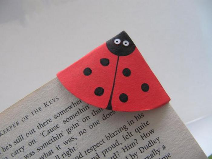 Lesezeichen-selbst-gestalten-origami-Marienkäfer