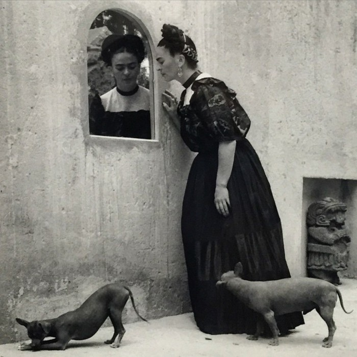 LolaAlvarezBravo-Frida-Kahlo-Spiegel-mit-Hund-1944-in-Throckmorton-Texas