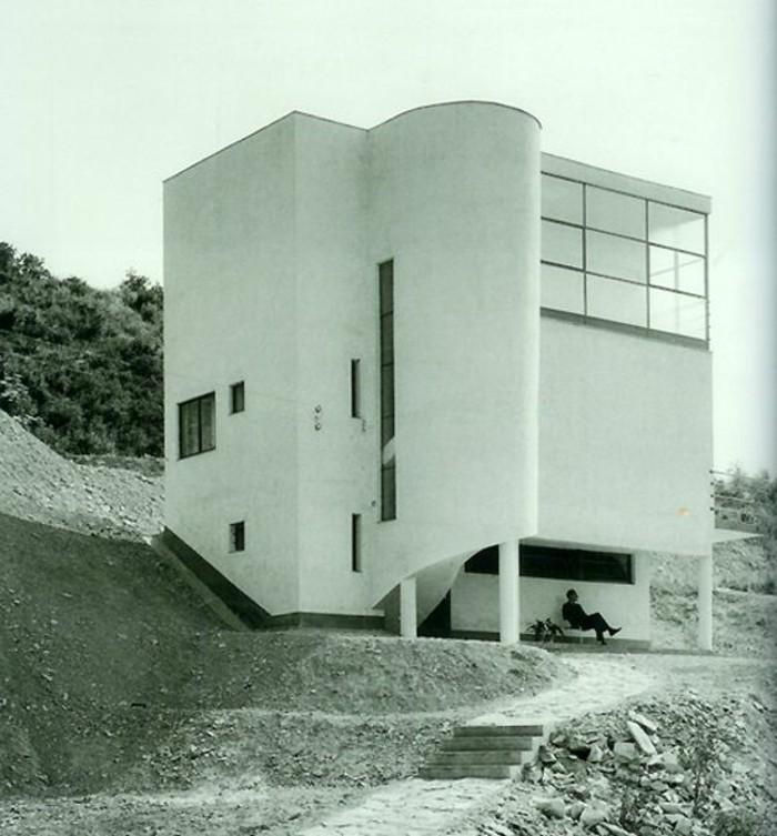 Neue-Sachlichkeit-Architektur-ein-rundes-Gebäude