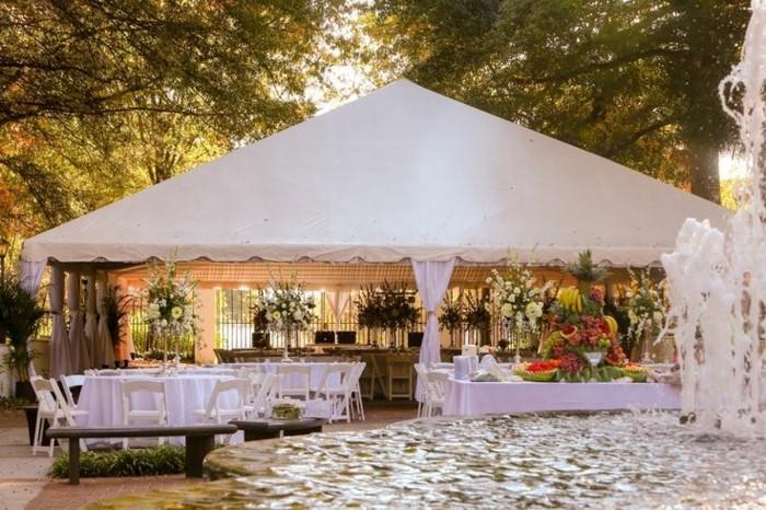 Partyzelt-für-eine-Hochzeit-draußen