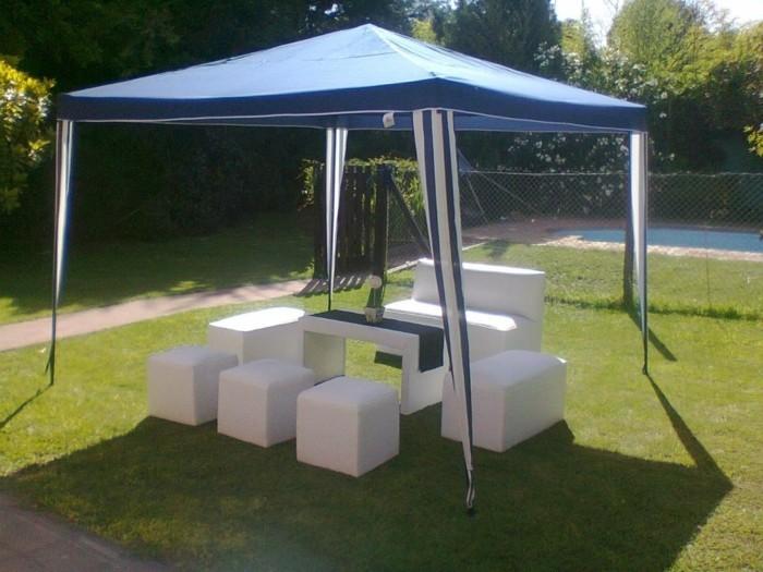 Partyzelt-mit-minimalistischen-Möbeln-im-Garten