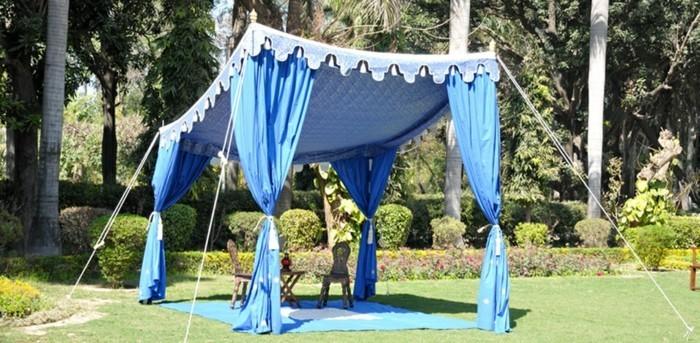 Partyzelt-mit-orientalischen-blauen-Vorhängen