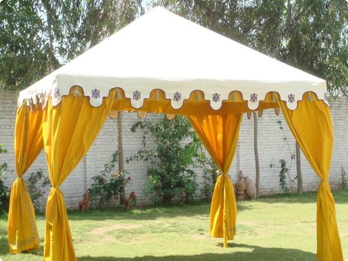 Pavillion-Zelt-mit-gelben-Vorhängen