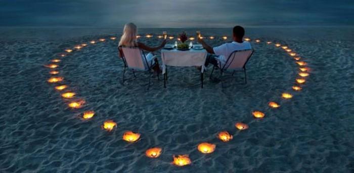 Picknick-am-Strand-mit-Herz-aus-Kerzen