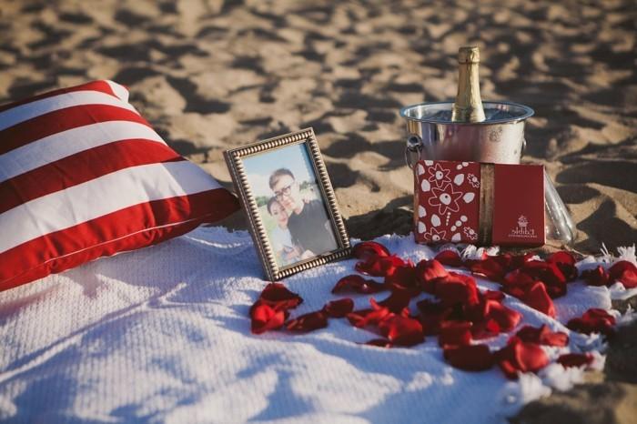 Picknick-am-Strand-mit-Rosen-Krönenblättern