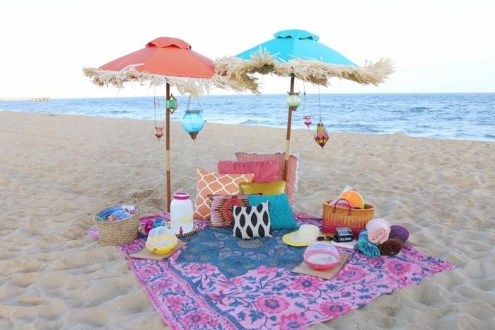Picknick-am-Strand-mit-zwei-Sonnenschirmen