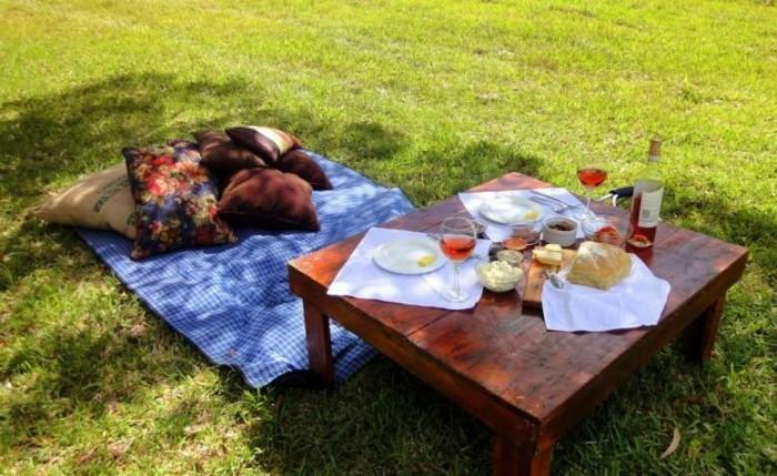 Picknick-im-Grünen-auf-einem-kleinen-Tisch