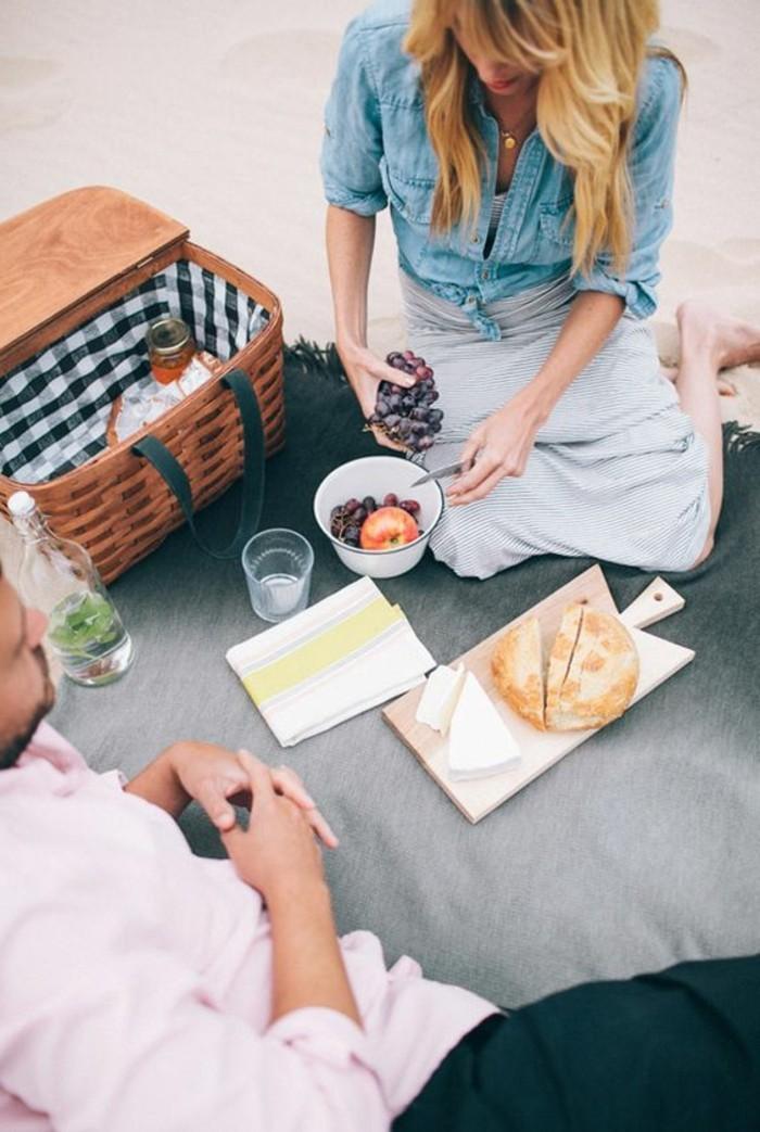 Romantisches-Picknick-mit-Brot-und-Obst