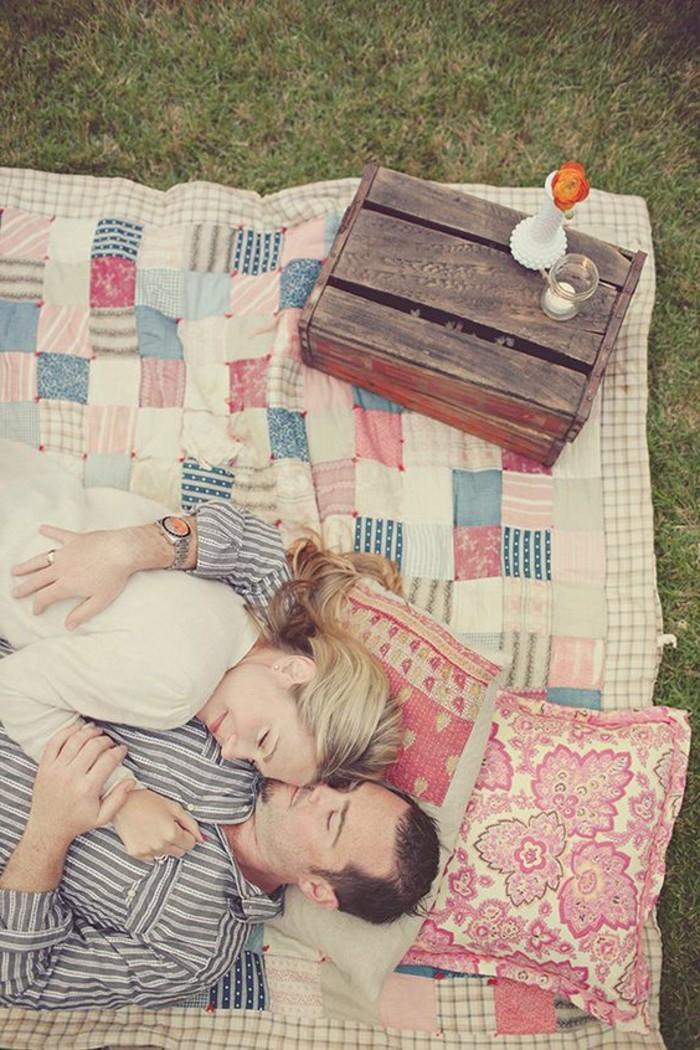 Romantisches-Picknick-mit-bunten-Kissen
