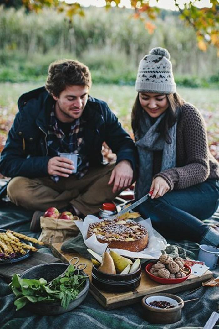 Romantisches-Picknick-mit-einer-Torte