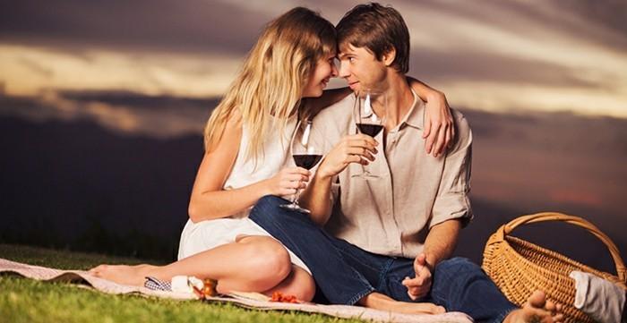 Romantisches-Picknick-mit-rotem-Wein