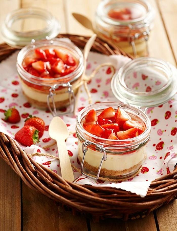 Romantisches-Picknick-mit-vielen-Erdbeeren