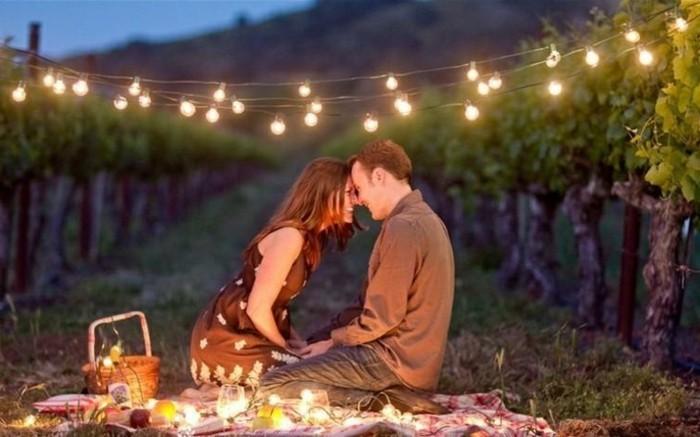 Romantisches-Picknick-mit-vielen-Lichten