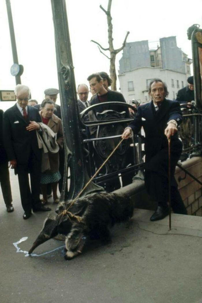 Salvador- Dali-Paris-1969-exotische-Haustiere-Ameisenbär-U-Bahn-resized