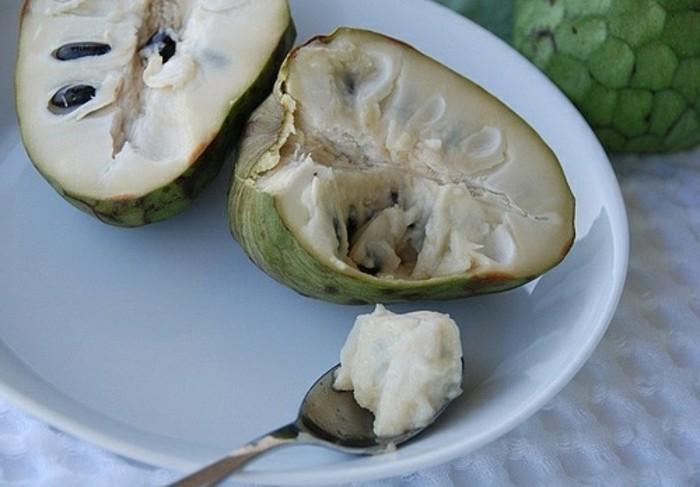 Seltenes-Obst-mit-Löfel-zu-essen