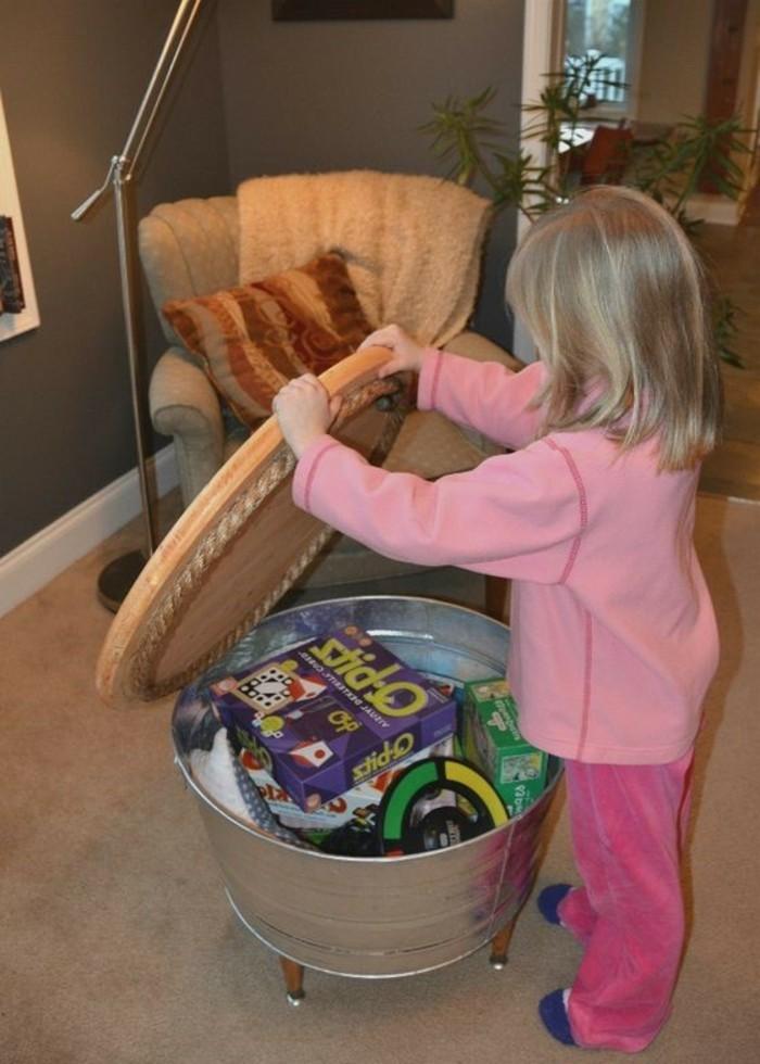 Spielzeugkisten-das-Mädchen-sucht-darin