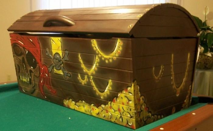 Spielzeugkisten-mit-einer-Motive-von-Piraten