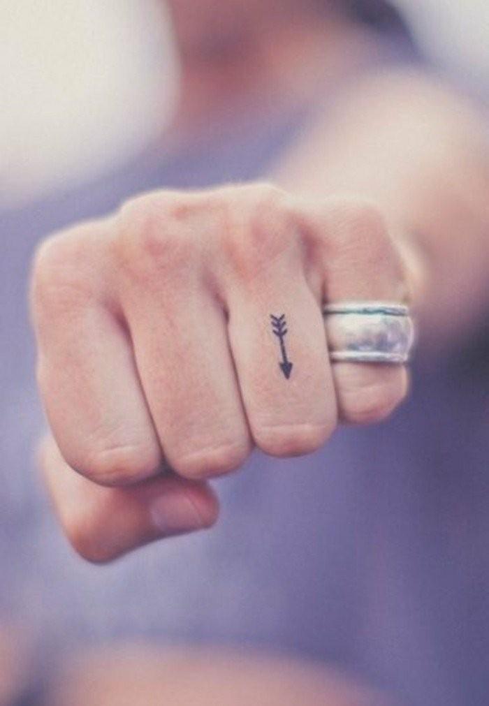 Tattoo-Ideen-einem-Pfleilen-auf-dem-Finger