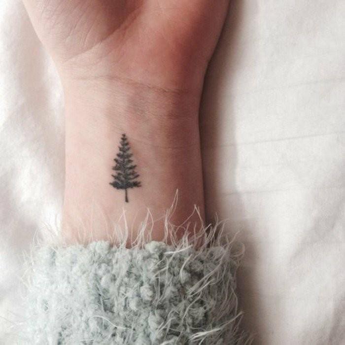 Tattoo-am-Handgelenk-mit-Tannenbaum