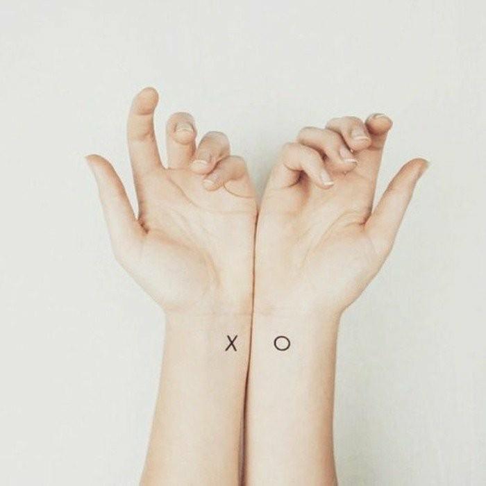 Tattoo-am-Handgelenk-mit-X-und-O
