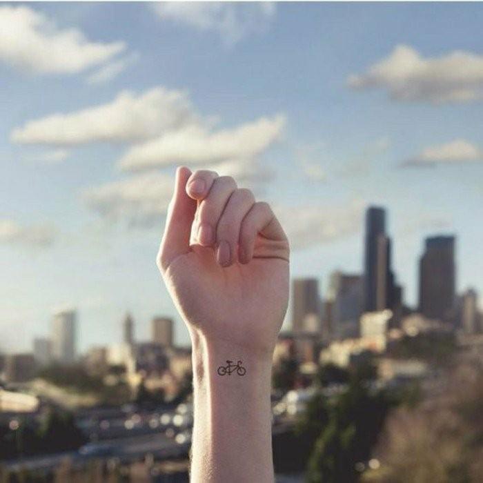 Tattoo-am-Handgelenk-mit-einem-Fahrrad