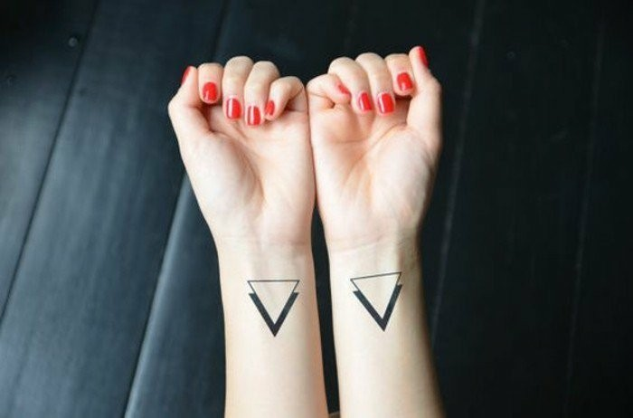 Tattoo-am-Handgelenk-mit-zwei-Dreiecken