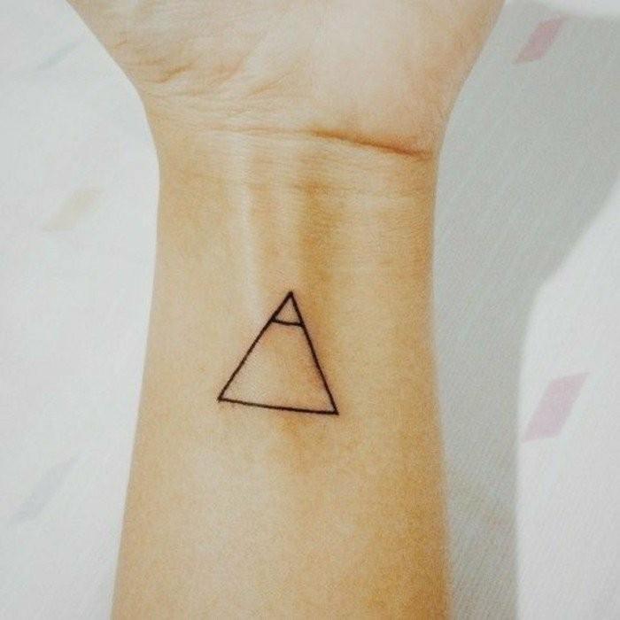Tattoo-am-Handgelenk-wie-Piramide