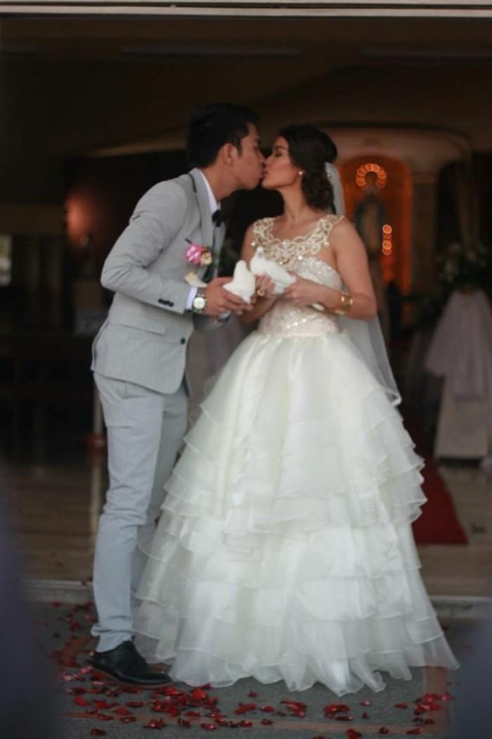 Tauben-für-Hochzeit-bei-einem-Kuss