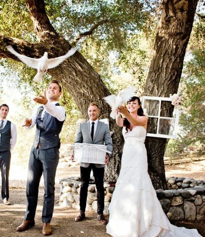 Tauben-für-Hochzeit-der-Trauzeuge-trägt-den-Korb