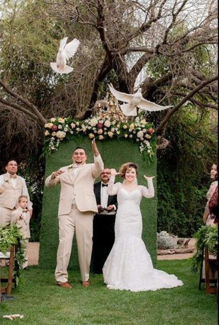 Tauben-für-Hochzeit-unter-Blumenkratz