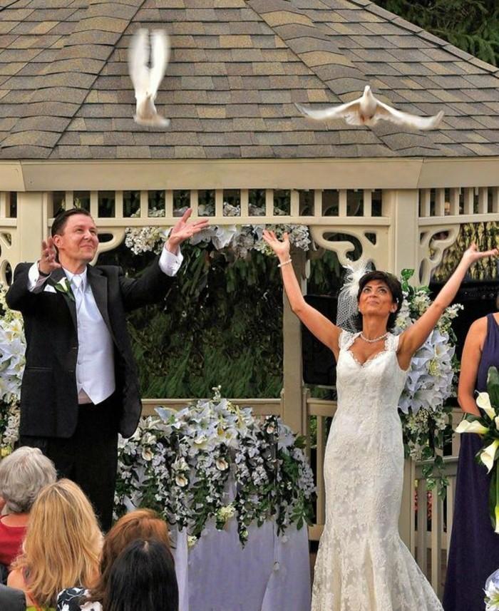 Tauben-für-Hochzeit-vor-den-Gästen