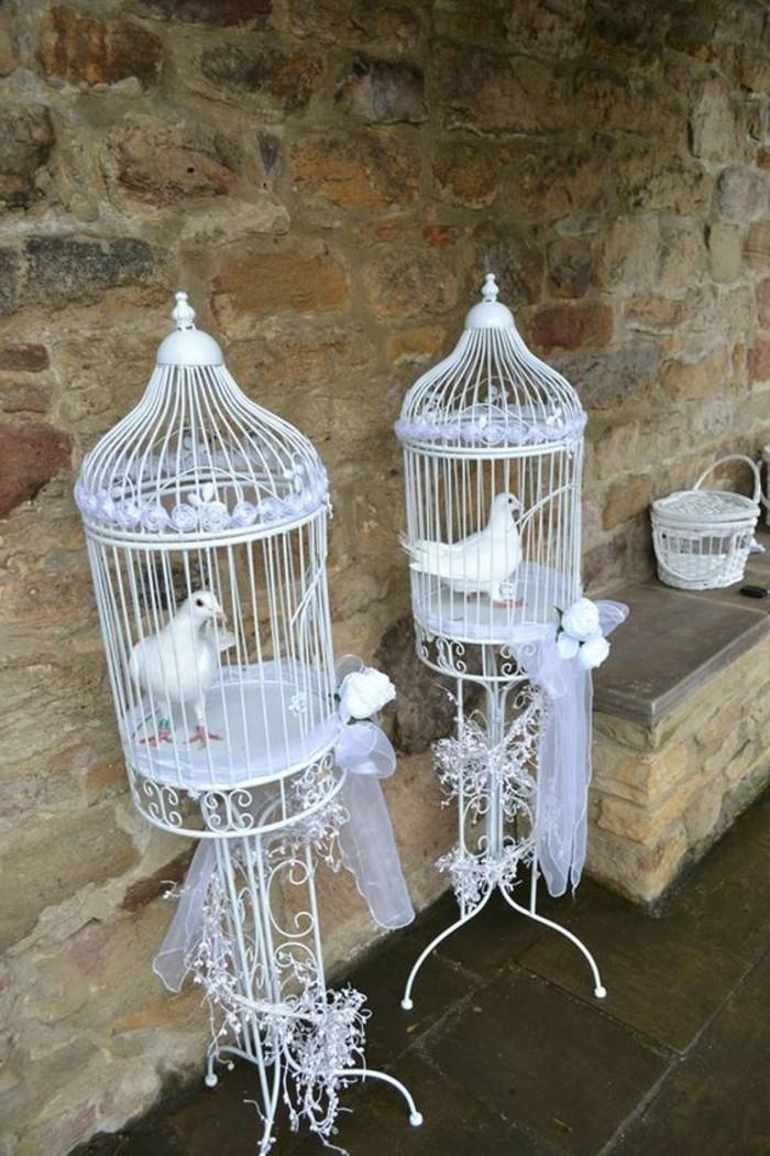 Tauben-zur-Hochzeit-in-geschmückten-Käfigen