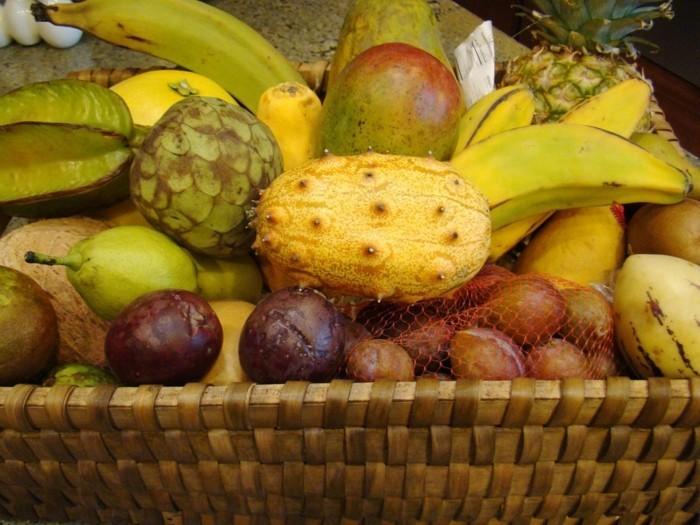 Tropische-Früchte-in-einem-Korb