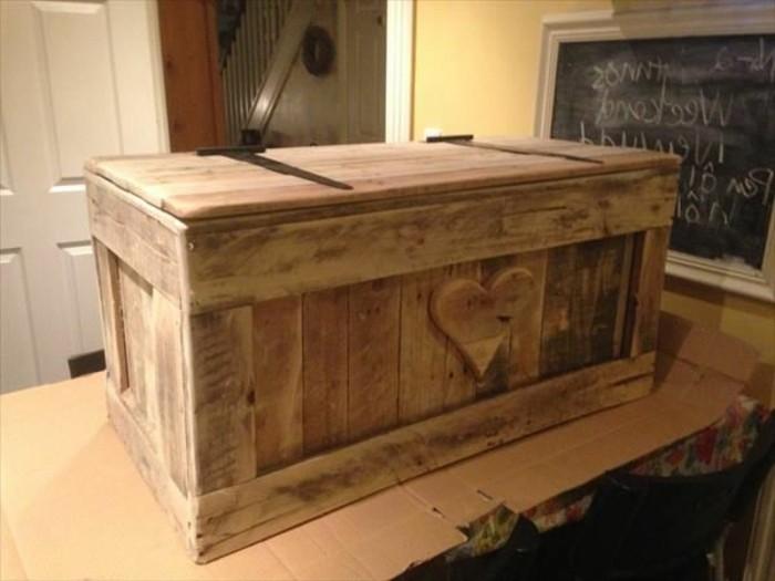 Truhe-Kinderzimmer-aus-Holz-mit-Herz-als-Dekoration