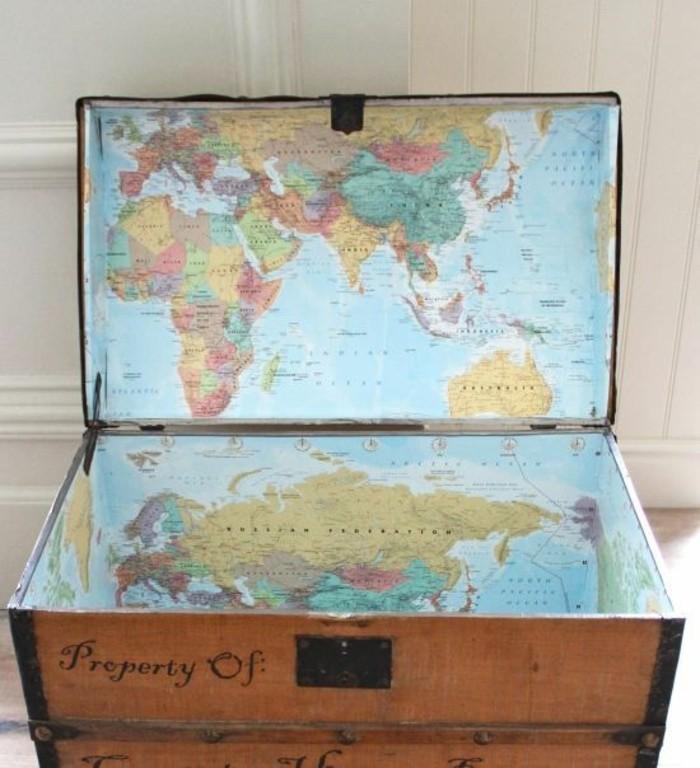 Truhe-Kinderzimmer-mit-einer-Weltkarte-drinen