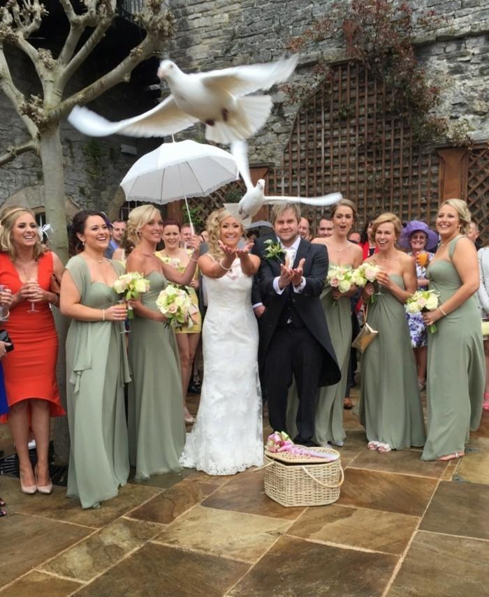 Weisse-Hochzeitstauben-die-gemeinsam-fliegen