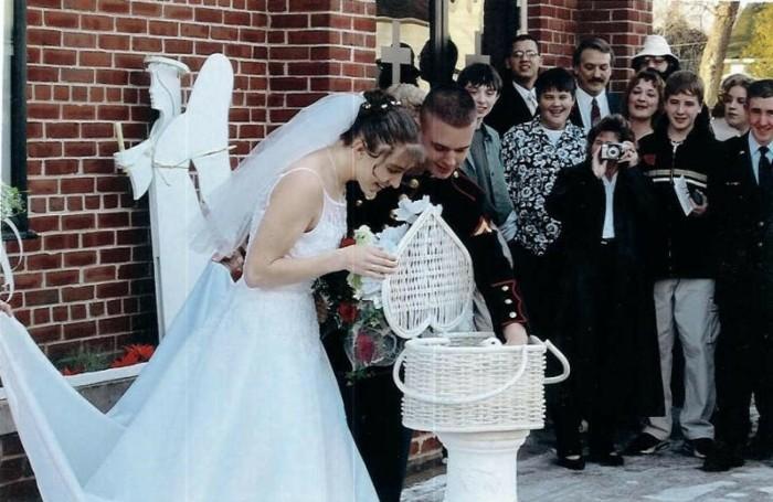Weisse-Hochzeitstauben-in-den-Korb-schauen